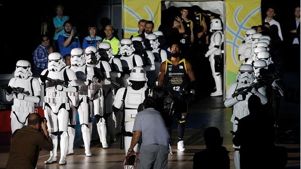 Soldados Imperiales escoltan al Estudiantes