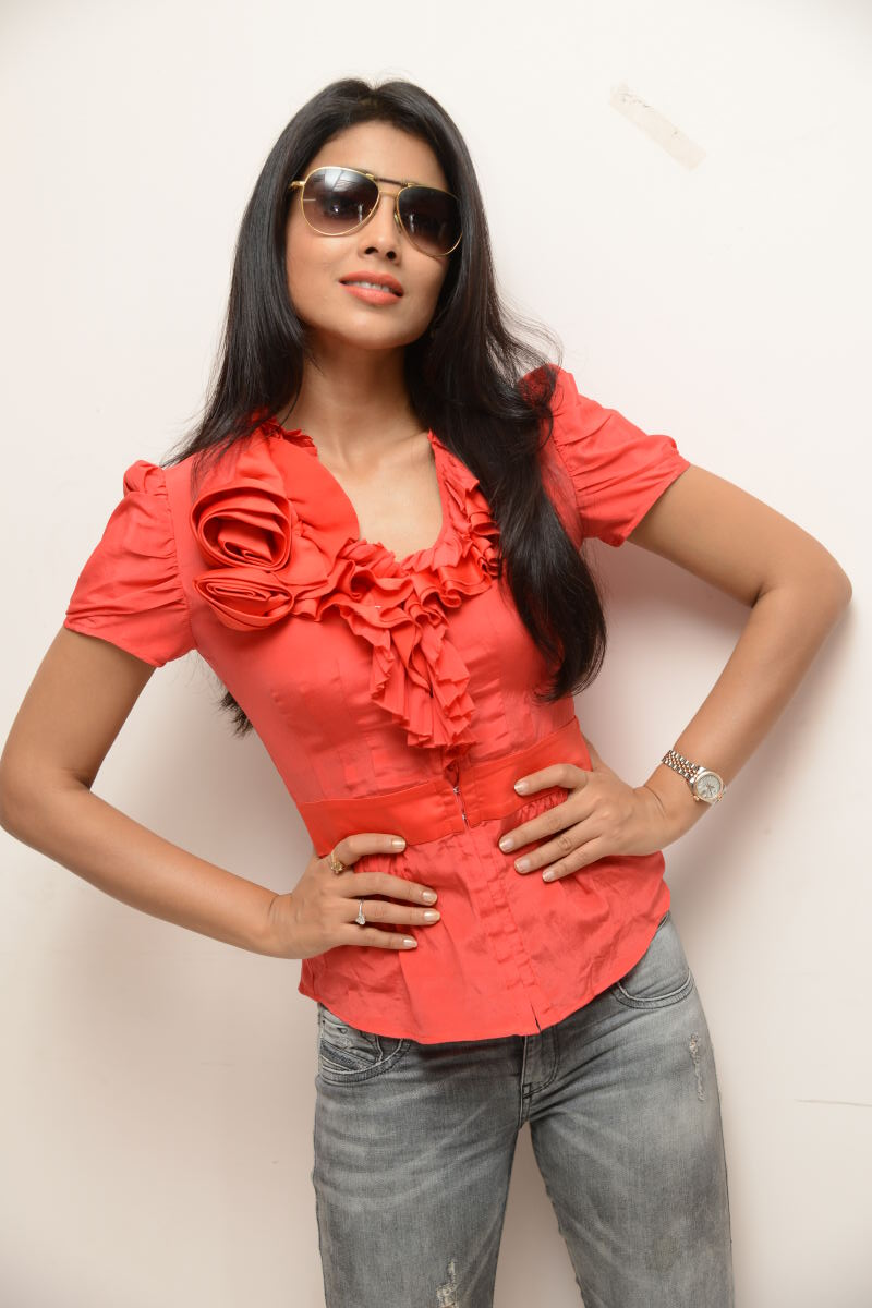 hot sexy Shirya saran in red top latest stylish photo shoot gallery