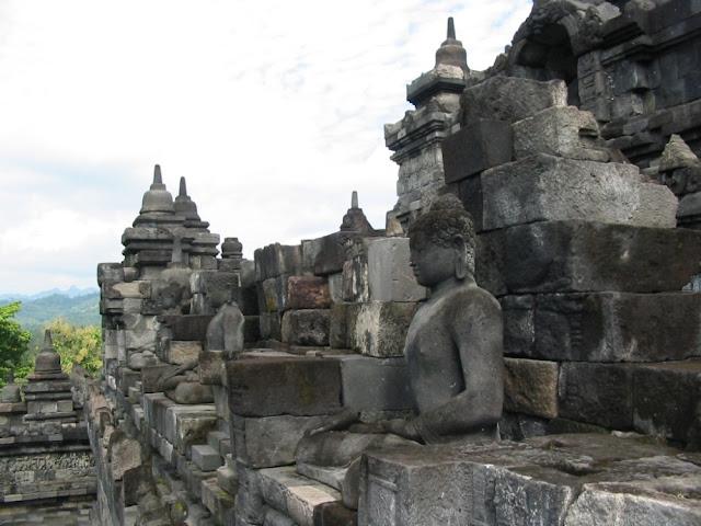 Borobudur - Buddhastatuen mit traumhaft schöner Landschaft im Hintergrund