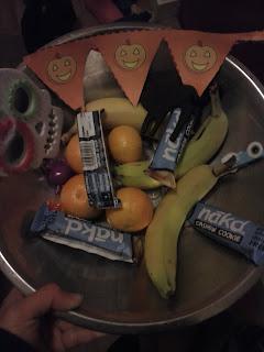 miska so zdravými sladkosťami a librami