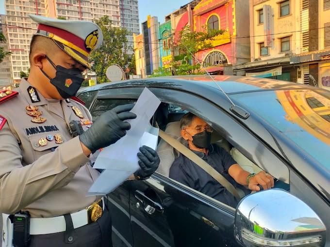 Lewati Pos Penyekatan PPKM Jalan Margonda Wajib Perlihatkan STRP