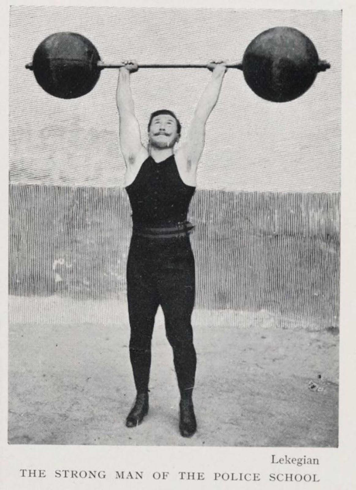 El hombre fuerte de la escuela de policía, 1906.