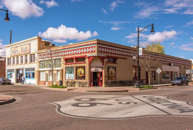 Page, Arizona là thị trấn gần nhất với Wave. Tại đây, du khách có thể đặt phòng nghỉ ngơi, thư giãn. Ngoài ra, bạn cũng có thể lựa chọn lưu trú gần hơn tại khu cắm trại State Line, cách đường mòn tới Wave khoảng 1,6 km.