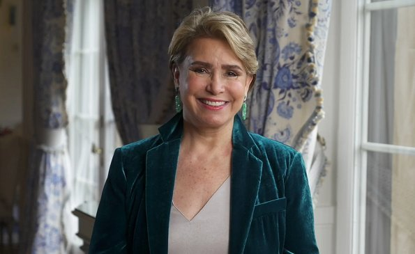 Grand Duchess Maria Teresa is honorary president of the Cancer Foundation. Duchess wore a velvet green blazer and a beige asymmetric v-neck top