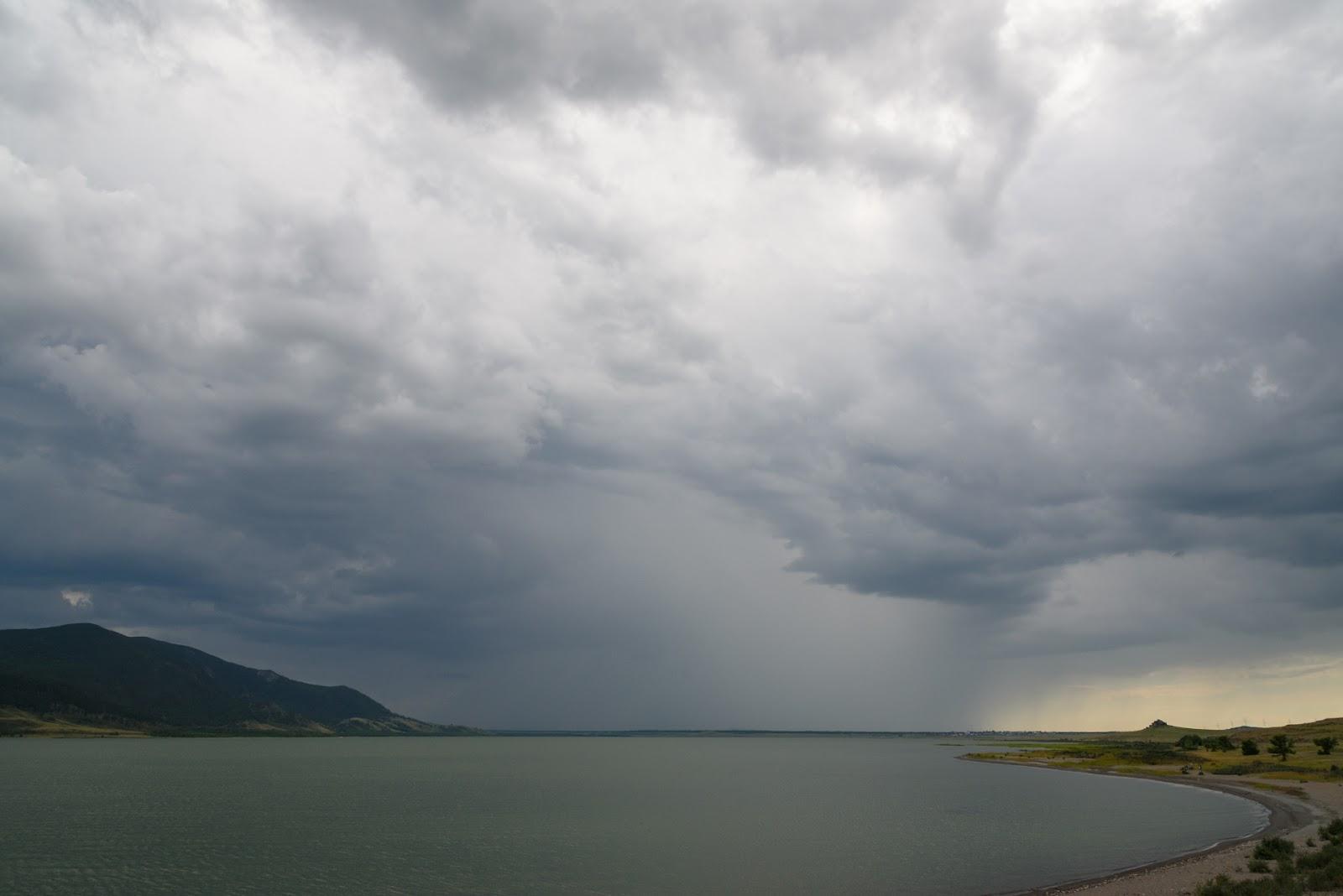 Озеро малое Чебачье. Дождь