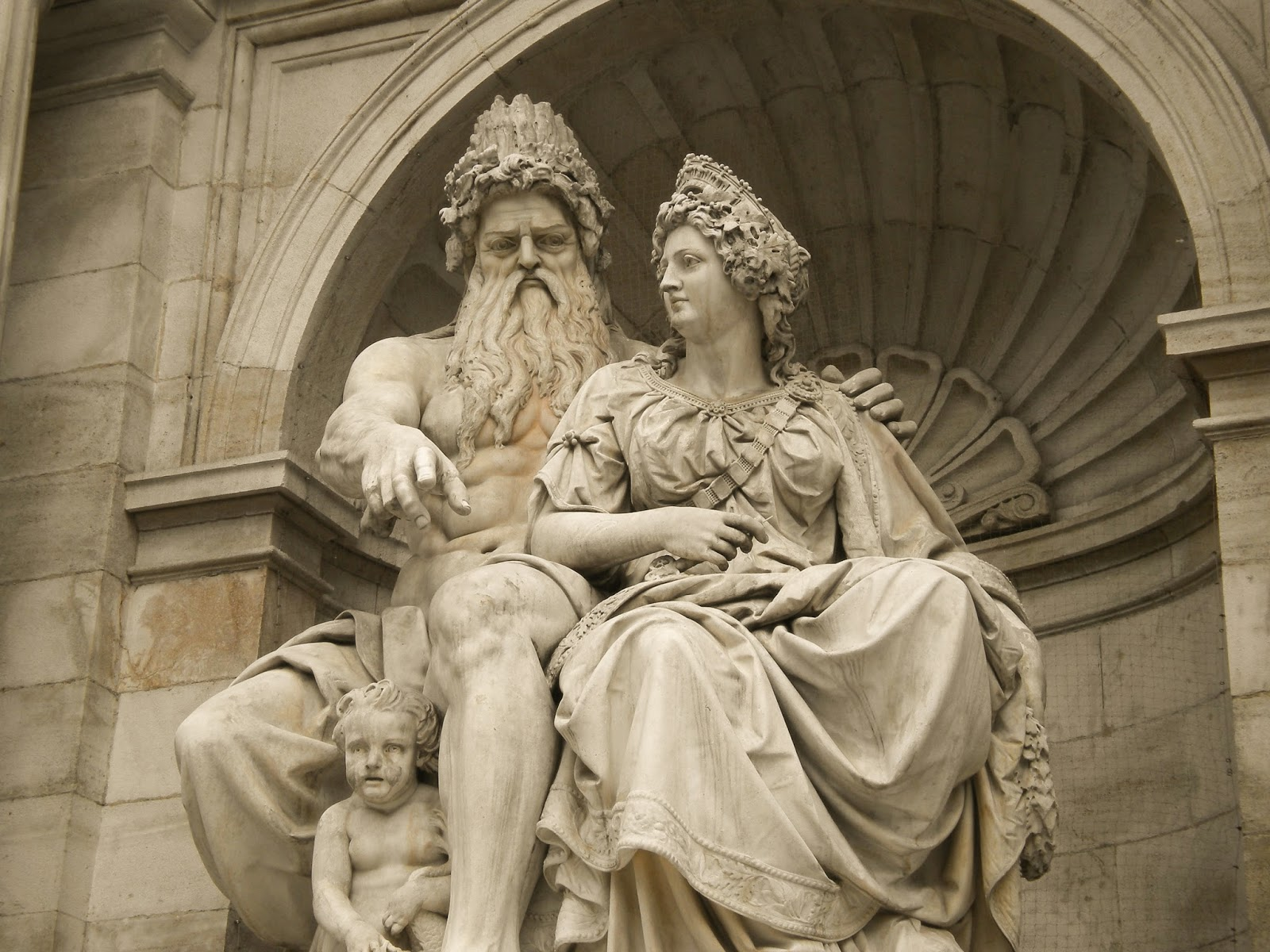 Statue-of-Zeus-and-Hera-in-Albertina-Square