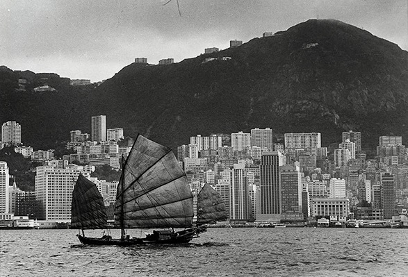 Foto: Yau Leung - Hong Kong Island under the Victoria Peak, 1960s // imagenes chidas, historicas, bellas, hong kong antiguo, blanco y negro, cool pictures, vintage photos.