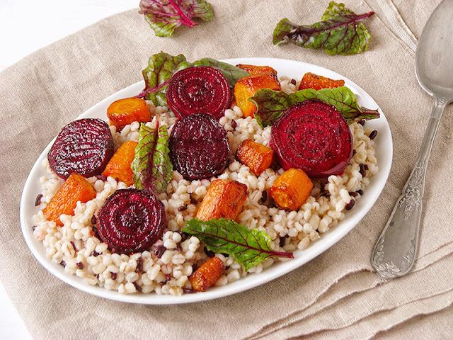 Recette bio de salade d'orge perlée avec des carottes et des betteraves rôties - le carnet sur l'étagère