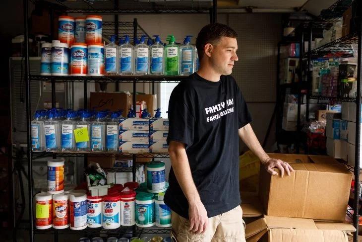 Compró 17,700 sanitizantes para revenderlos lo investigan por acaparar productos de necesidad