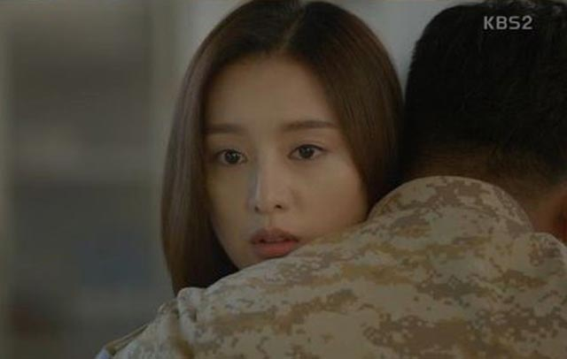 Foto Pelukan Dae Young dan Myung Joo di Descendants of the Sun Ep 10