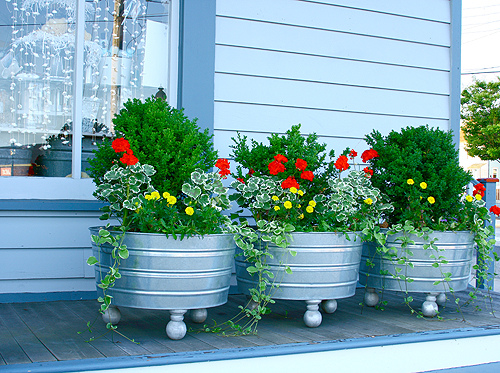 Merveilleux We Like The Idea Of Seasonally Changing Plants Too. I Can Find These Tubs  All Over The Place Here In Town (several Farm Supply And Garden / Feed  Stores Have ...