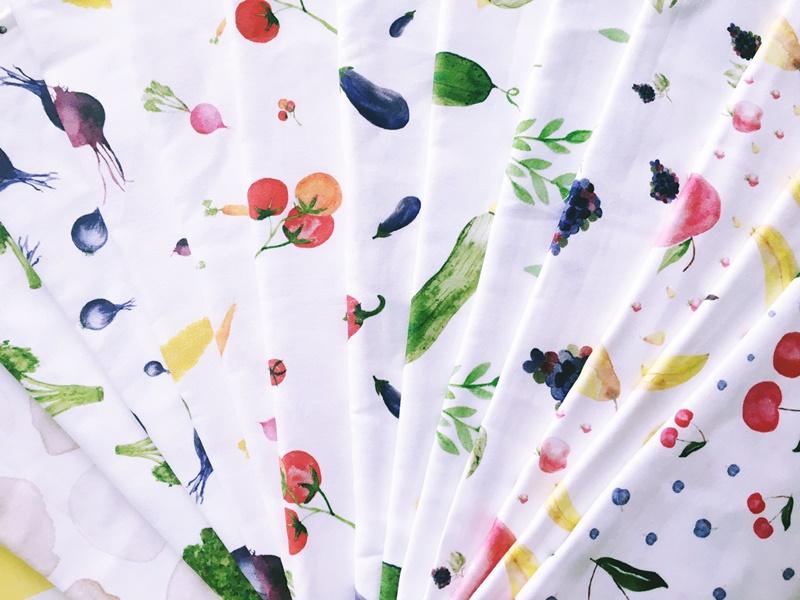 Wzory warzyw i owoców na tkaninie bawełnianej, z której powstają niepowtarzalne tunele do worków wielorazowych na warzywa i owoce