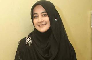 http://www.infofashionterbaru.com/wp-content/uploads/2014/01/pipik-dian-dengan-jilbab-hitam.jpg