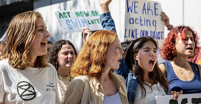 """Jóvenes del movimiento """"Viernes por el futuro"""" manifestándose a favor de una acción climática. Nueva York, agosto de 2019 PNUD/Sumaya Agha"""