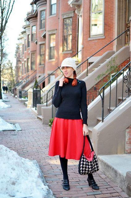 Perpaduan Turtleneck Top dengan Midi Skirt warna merah