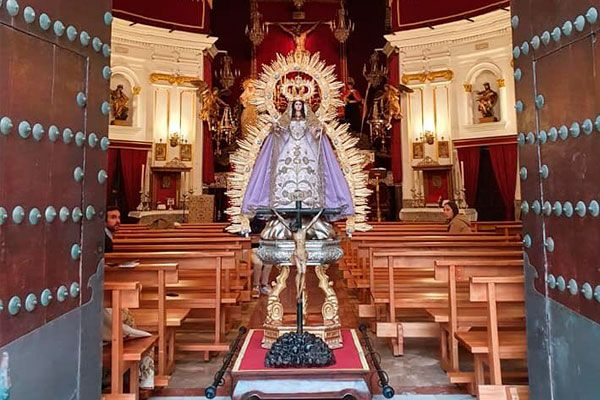 La Virgen de la Palma de Cádiz se asomó a la puerta de su iglesia