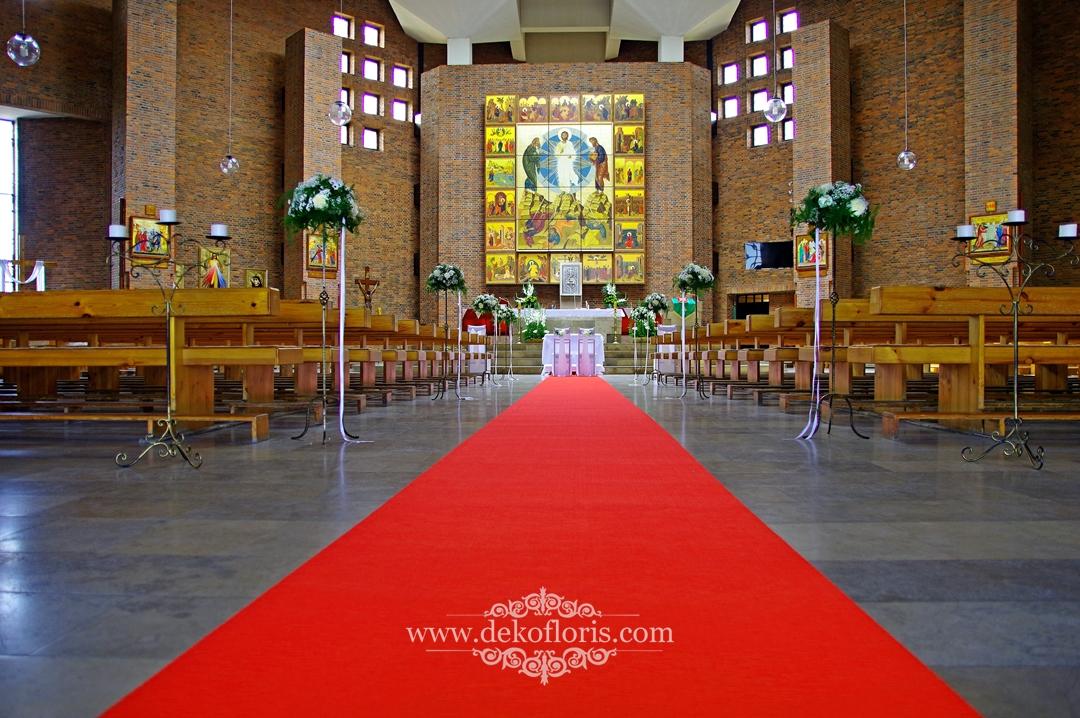 Czerwony dywan w ślubnej dekoracji kościoła
