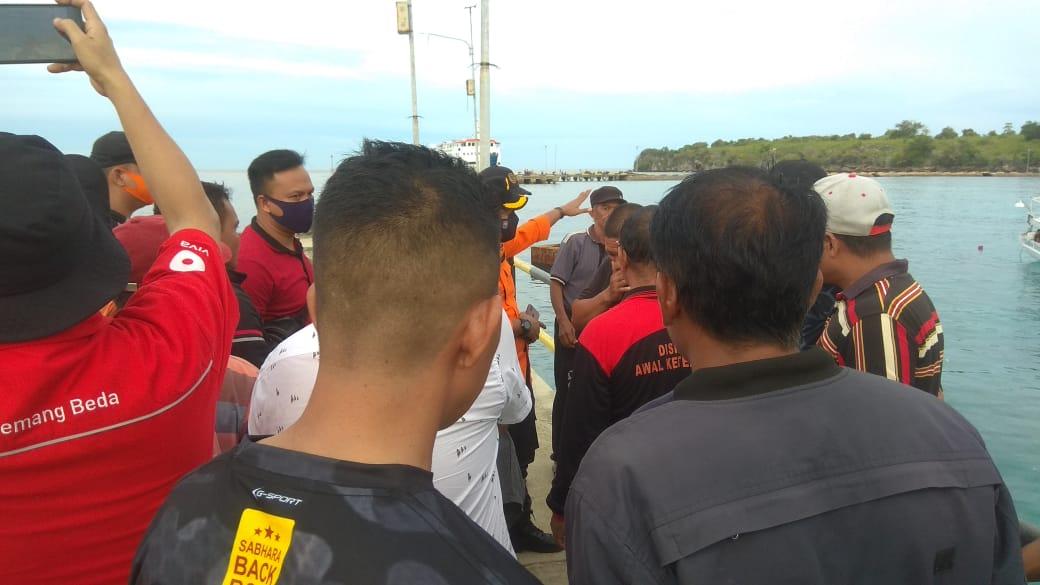 KM. Bontoharu Komunikasi Lewat Radio Dengan Basarnas Sulsel