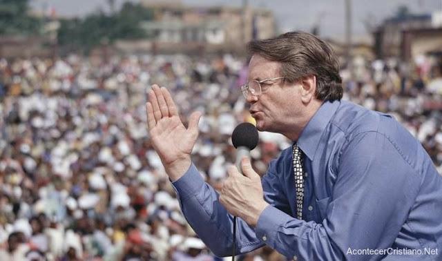 Reinhard Bonnke predicando en cruzada