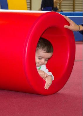 bebe gateando rulo cilindro hueco motricidad gruesa rojo mano