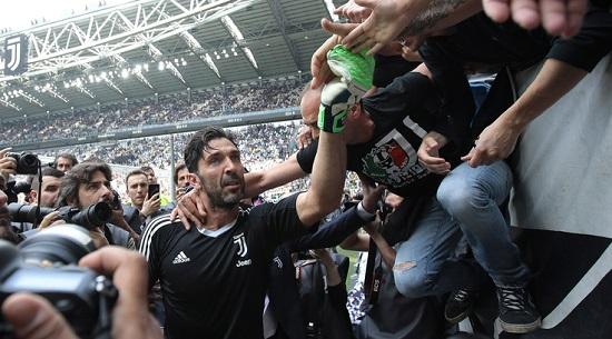 Buffon nghẹn ngào chia tay người hâm mộ