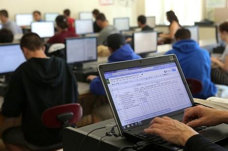 هل يُوفّر الوزير أمزازي الحواسيب والإنترنيت لجميع مدارس المملكة؟