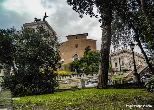 Roma: Altar da Pátria, Basílica de Santa Maria in Aracoeli e Palácio do Capitólio (dir)
