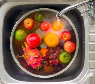 Usuwanie szkodliwych bakterii i pestycydów z owoców i warzyw; jak pozbyc się pestycydów z warzyw i owoców, usuwanie bakterii octem; usuwanie pestycydów sodą kuchenną
