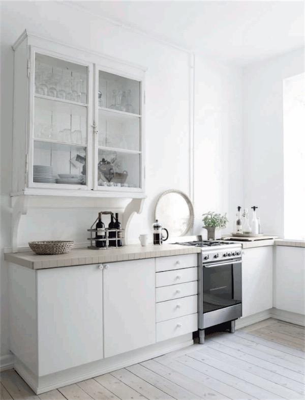 muebles de cocina blancos con armmario vajillero antiguo chicanddeco