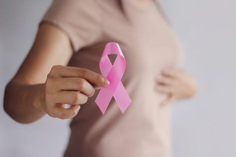 No mês do outubro rosa, mês de conscientização para o controle do câncer de mama, é importante falarmos também de como o câncer pode afetar o psicológico de quem descobre a doença. O câncer de mama ataca a feminilidade da mulher e muitas vezes pode ser muito agressivo necessitando a retirada da mama. O apoio de um profissional da psicologia irá auxiliar a mulher a tornar possível o entendimento de seus medos, angústias, rejeições e outros fatores que influenciam na resposta ao tratamento.