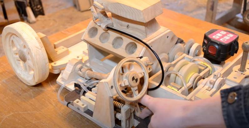 تصميم سيارة بثلاث سرعات كل مكوناتها من الخشب.. فيديو