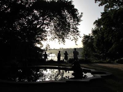 pessoas observando o rio Douro a partir dos Jardins do Palácio de Cristal