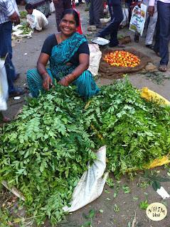 NhimBlog Nụ cười của người bán lá cà ry trong chợ