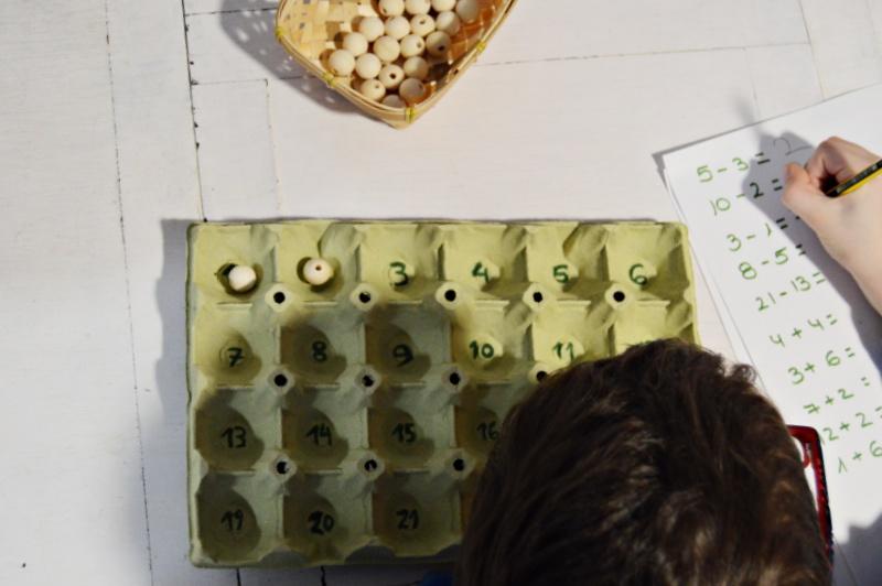 aprender a sumar y restar con material reciclado
