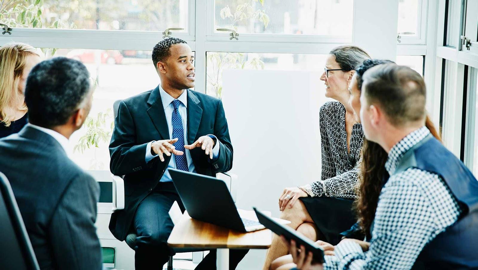 Pengertian Kepemimpinan Adalah : Tipe, Sifat, Tujuan, Fungsi, & Karakter  (Menurut Ahli)