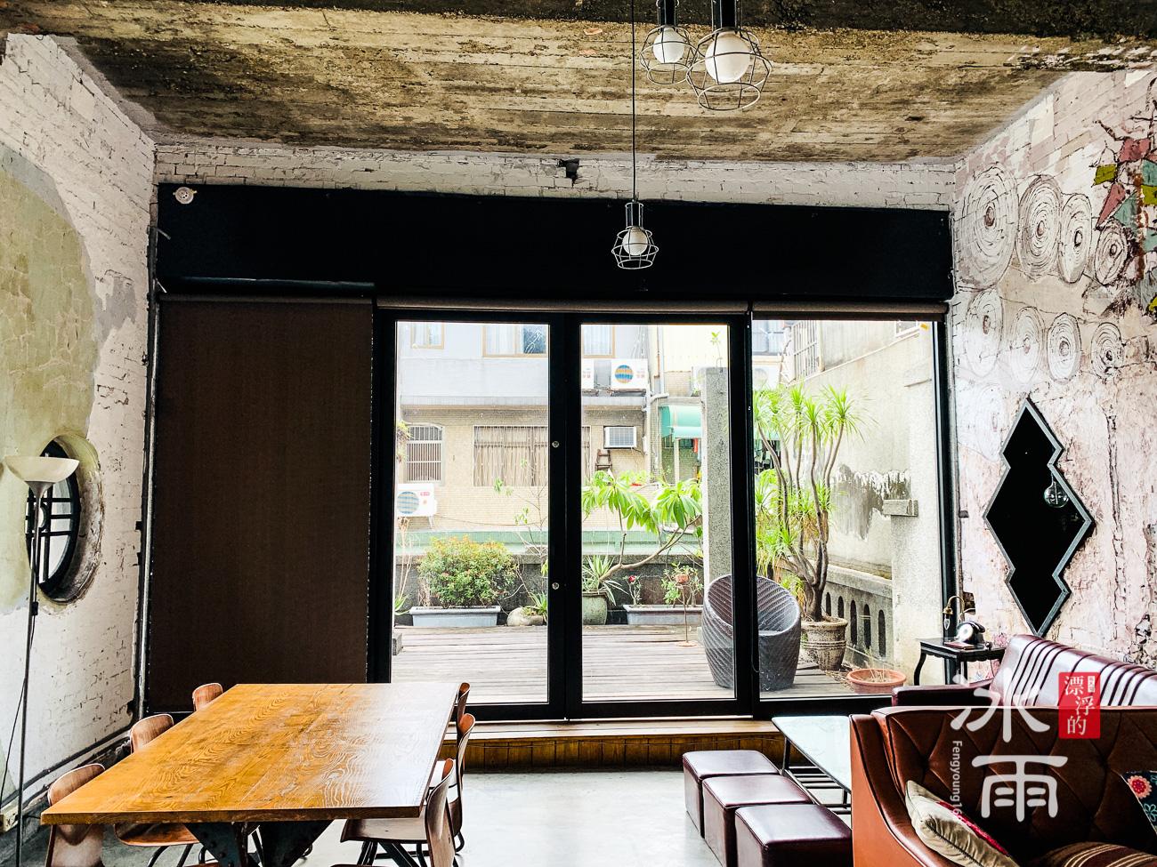 除了死板板的室內空間之外,又保留了外陽台的綠意