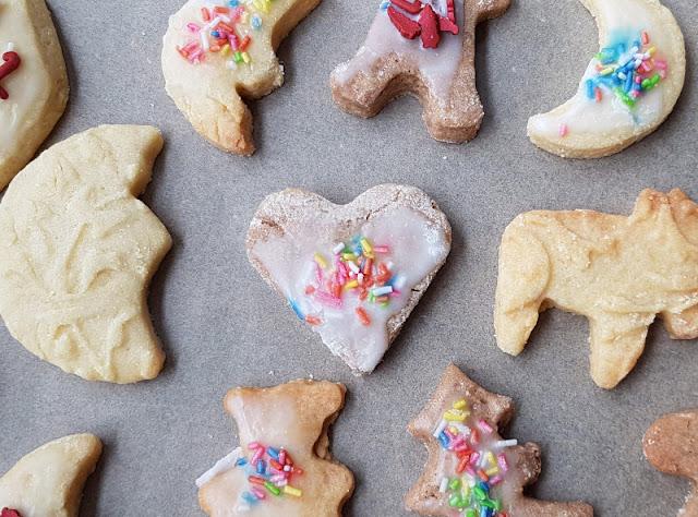 Plätzchen backen mit Kindern: Schön, aber anstrengend (+ 5 Tipps, wie es entspannter klappt). Als Mama ist man mit Multitasking in der Weihnachtsbäckerei gefordert.