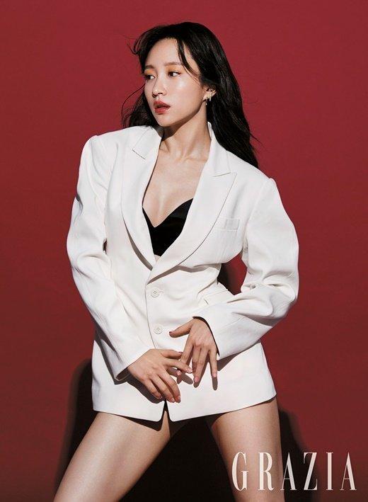 Hani 'Grazia' dergisi için olgun ve seksi görünüyor