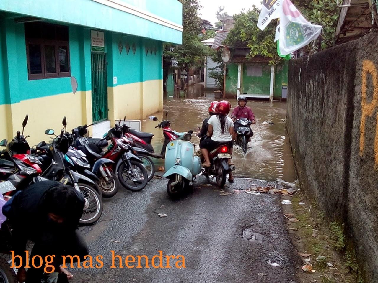 banjir kiriman menggenangi akses masuk ke Kelurahan Petogogan