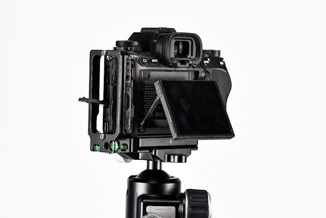 Sunwayfoto PSL-α1 L Bracket on SONY α1 side and screen allowance