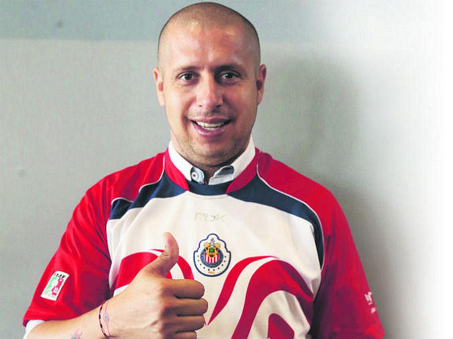 Ex jugador de Chivas alienta a los jugadores rojiblancos.