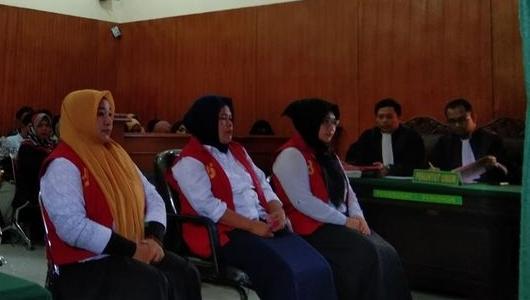 "3 Emak-emak dalam Video ""Jika Jokowi Terpilih, Tak Ada Lagi Azan"" Dituntut 8 Bulan Penjara"