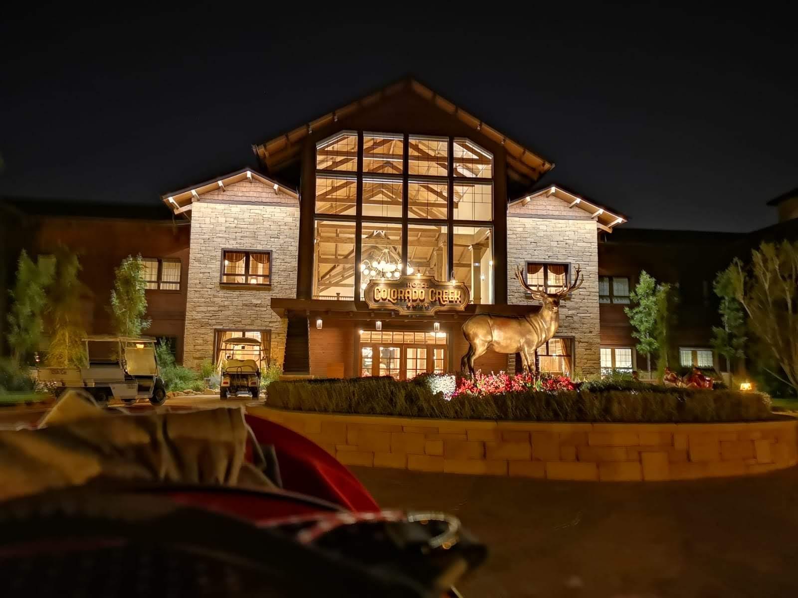 Hotel Colorado Creek de noche