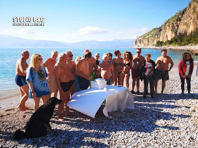Με βουτιές στα παγωμένα νερά έκοψαν οι Χειμερινοί κολυμβητές του Ναυπλίου την πίτα τους (βίντεο)