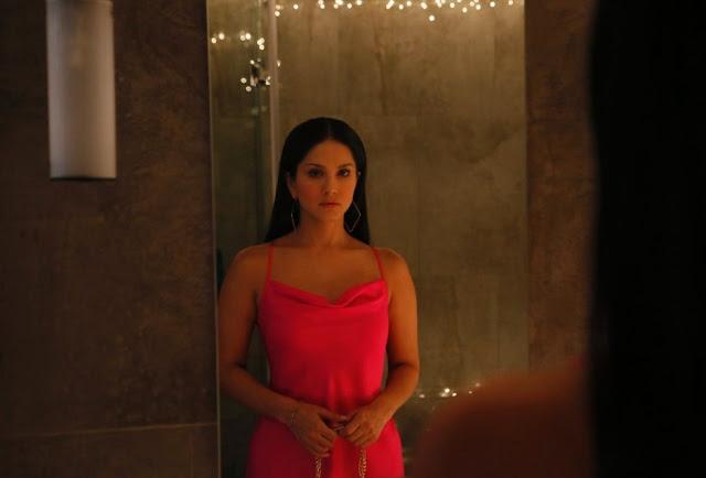 Sunny Leone in Karenjit Kaur, Mirror Scene,