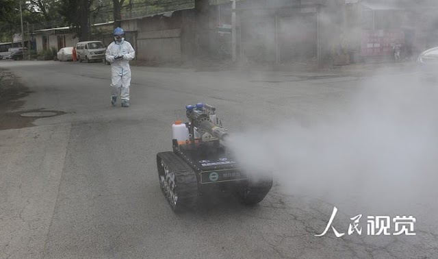 Tank-like unmanned vehicle disinfected a residential community in Beijing's Huaxiang region
