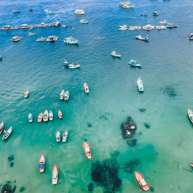 Di chuyển bằng tàu tầm 30 phút. Trước 2018, đây là phương tiện duy nhất để du khách cũng như người dân địa phương di chuyển từ An Thới sang đảo. Cách di chuyển này tuy có mất thời gian nhưng ngồi trên tàu hoặc cano bạn có thể ngắm cảnh biển xung quanh và không khỏi ngạc nhiên với vẻ đẹp của làn nước xanh như pha lê và thế giới sinh vật biển. Giá tàu chỉ tầm 50k/người, thời gian tàu chở khách vào buổi sáng: 9h30 đến 11h30.