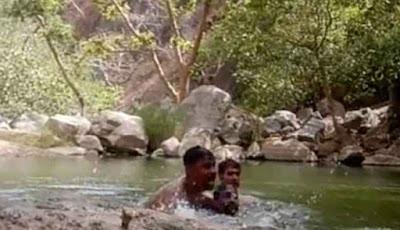 Tiga pria tidak bisa berenang tenggelam bersama-sama