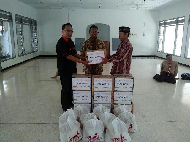 Mardik Budiarto menerima KADO GURUMU dari Ketua Lazismu Jember