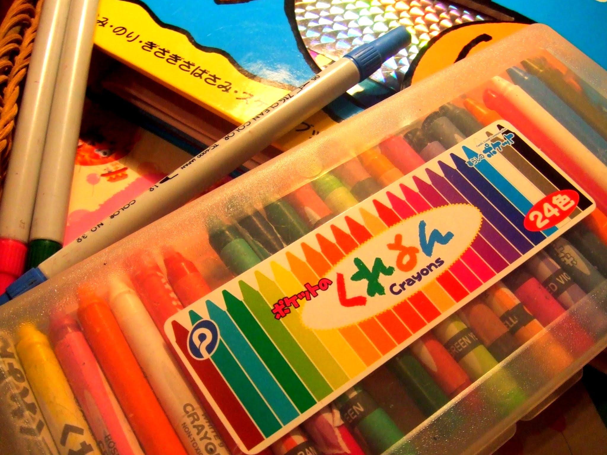 机の上のマーカーと落書き帳とクレヨンの写真。学習系の記事などに使えそうです。
